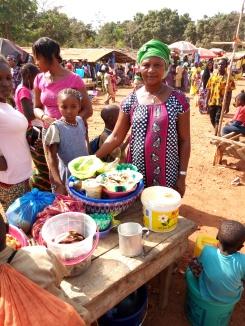 Kadiatou Diallo, vendeuse de Attièkè au marché de Kéléa, membre du groupe Youssoupha
